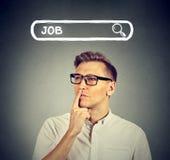 玻璃的认为的人寻找一个新的工作 免版税图库摄影