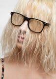 玻璃的金发碧眼的女人与闭合的头发面孔 免版税库存照片