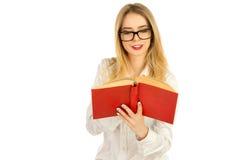 玻璃的读书的女孩和一件白色衬衣 图库摄影