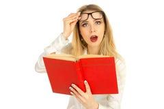 玻璃的读书的女孩和一件白色衬衣 免版税库存图片