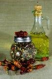 玻璃盘用整个胡椒和海湾叶子和辣椒 免版税库存图片