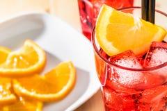 玻璃看法上面喷开胃酒与橙色切片和冰块的aperol鸡尾酒 库存照片