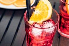玻璃看法上面喷开胃酒与橙色切片和冰块的aperol鸡尾酒 图库摄影