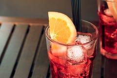 玻璃看法上面喷开胃酒与橙色切片和冰块的aperol鸡尾酒 免版税库存照片