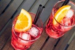 玻璃看法特写镜头喷与橙色切片和冰块的开胃酒aperol红色鸡尾酒 库存图片