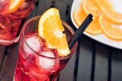 玻璃看法特写镜头喷开胃酒与橙色切片和冰块的aperol鸡尾酒 免版税图库摄影