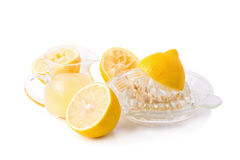 玻璃碗新近地被紧压的柠檬汁、柠檬剥削者和r 免版税库存照片