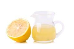 玻璃碗新近地被紧压的柠檬汁、柠檬剥削者和r 免版税库存图片