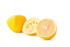 玻璃碗新近地被紧压的柠檬汁,柠檬剥削者 免版税库存照片