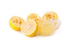 玻璃碗新近地被紧压的柠檬汁,柠檬剥削者 图库摄影