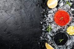 玻璃碗用红色和黑鱼子酱 免版税库存照片