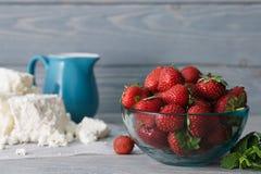 玻璃碗用草莓 免版税库存照片