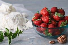 玻璃碗用草莓 免版税库存图片