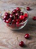 玻璃碗的樱桃 库存图片
