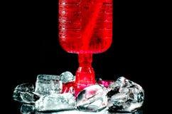 玻璃红葡萄酒黑背景 免版税库存照片