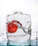 玻璃草莓水 免版税库存照片