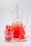 玻璃蒸馏瓶用西瓜汁和冰 图库摄影