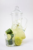 玻璃蒸馏瓶黄瓜用柠檬汁和冰 库存照片