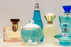 玻璃蓝色香水瓶 免版税库存照片