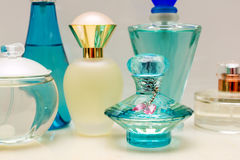 玻璃蓝色香水瓶 免版税图库摄影