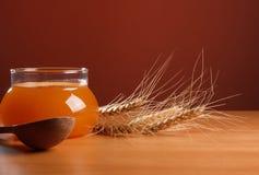 玻璃蜂蜜瓶子 免版税库存照片