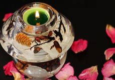 玻璃蜡烛台和被点燃的蜡烛 库存照片