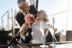 玻璃被聚焦的照片用香槟在桌上的那个身分 免版税库存照片
