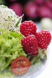 玻璃觚新鲜的沙拉由水果和蔬菜做成 免版税库存图片