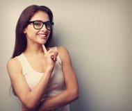 玻璃认为的愉快的成功的微笑的少妇 Vintag 免版税图库摄影
