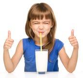 玻璃逗人喜爱的女孩少许牛奶 免版税库存照片