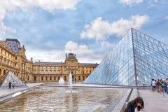 玻璃金字塔和天窗 免版税图库摄影