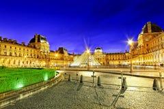 玻璃金字塔和罗浮宫 库存图片