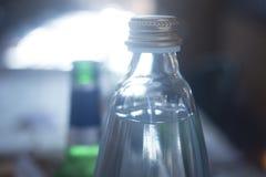 玻璃闪耀的泡沫腾涌的水瓶 库存照片