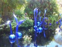 玻璃雕塑的陈列在一个植物园里 免版税库存照片