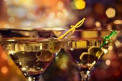 玻璃马蒂尼鸡尾酒橄榄 库存图片