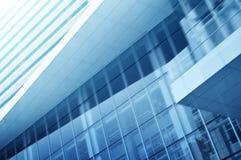 玻璃高层建筑物浅兰的背景  免版税库存照片