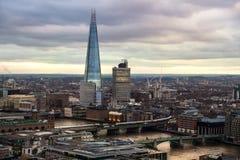 玻璃,伦敦市、企业和银行业务唱腔碎片  太阳集合的伦敦的全景 免版税库存图片