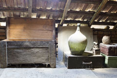 玻璃,木和金属对象在有尘土和spiderwebs的顶楼 库存照片