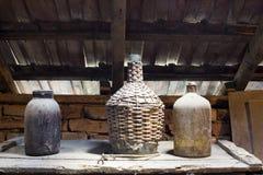 玻璃,木和金属对象在有尘土和spiderwebs的顶楼 免版税库存图片