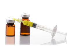 玻璃医学小瓶和botox, hualuronic,胶原或者流感注射器 免版税库存图片