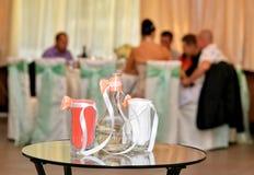 玻璃水瓶和两块玻璃与色的沙子 免版税库存图片