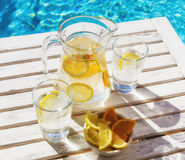 玻璃水瓶柑橘饮料冰橙色夏天水 免版税库存图片