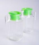 玻璃水罐或空的玻璃水罐在背景 免版税图库摄影