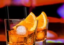 玻璃细节喷开胃酒与橙色切片和冰块的aperol鸡尾酒在酒吧桌,葡萄酒大气背景上 图库摄影
