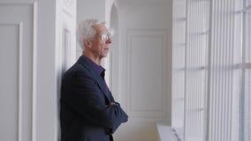 玻璃画象的愉快的微笑的70岁的长辈老人 股票录像