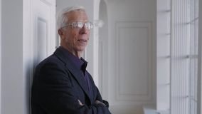 玻璃画象的愉快的微笑的70岁的长辈老人 影视素材