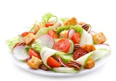 黄瓜、萝卜、大白菜、蕃茄、胡桃和油煎方型小面包片新鲜的沙拉  免版税库存图片