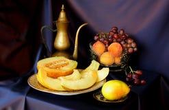 瓜、葡萄和葡萄酒罐 免版税库存照片