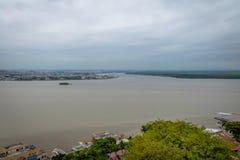 瓜亚斯省河和瓜亚基尔城市-瓜亚基尔,厄瓜多尔鸟瞰图  库存图片