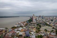 瓜亚斯省河和瓜亚基尔城市-瓜亚基尔,厄瓜多尔鸟瞰图  库存照片